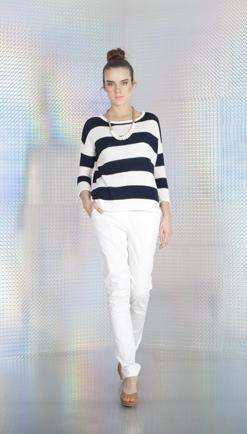 T-shirt w paski i białe spodnie to idealne połączenie zarówno do pracy, jak i wyjścia z przyjaciółmi.