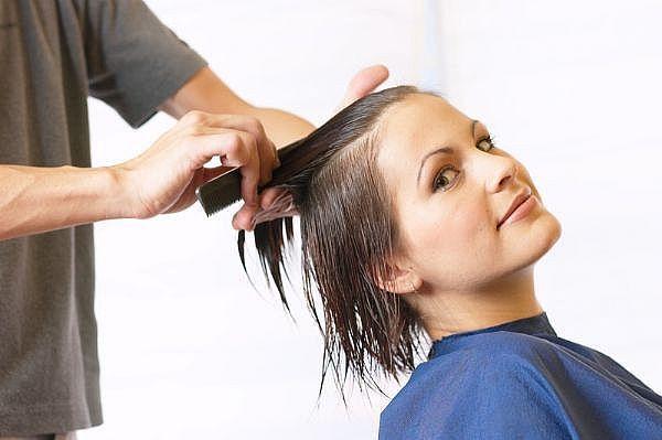 1. Pierwszym krokiem do odpowiedniej pielęgnacji włosów powinno być podcięcie końcówek, co więcej – powinniśmy to robić regularnie. Dzięki temu włosy będą wyglądać zdrowiej, nie będą się kołtunić, plątać oraz tracić na długości.