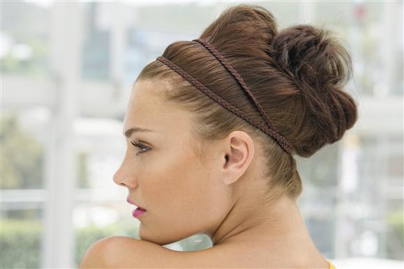 <h2>Kok grecki</h2> Opiera się na podwójnej opasce i fantazyjnym upięciu włosów z tyłu głowy tak, by zajmowały dużą objętość.