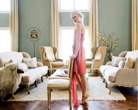 Francuski przepych Nie nic definiuje luksus lepiej niż bogaty, francuski styl wersalu. Tak jak projektantka mody Erin Fetherston, wystarczy wprowadzić kilka elementów, jak na przykład fotele lub kanapę, by uzyskać efekt wersalu.