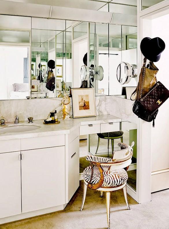 Jeżeli masz zbędne miejsca w swojej łazience, to świetnym pomysłem będzie dodanie ornamentu lub małej ławki. Ładne miejsce do siedzenia do balsamowania po kąpieli sprawi wrażenie luksusowego spa.