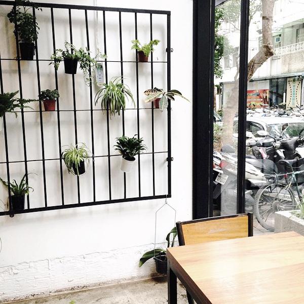 Wiszące doniczki z kwiatkami dodadzą naturalnego klimatu do pomieszczenia. Jeżeli masz zakracone okna lub drzwi na balkon, doniczki rozwiążą ten problem.