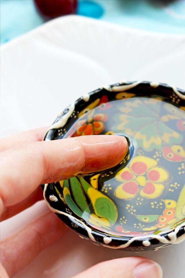 1.  Posmaruj dekolt i ramiona olejkiem. Olejek zatuszuje zmarszczki i przebarwienia.