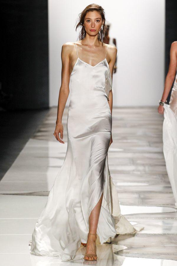 1. Satynowa sukienka wyglądająca jak nocna. Musi być długa, ważny jest też kolor - od śnieżnej bieli do koloru nude, aż po pastele.