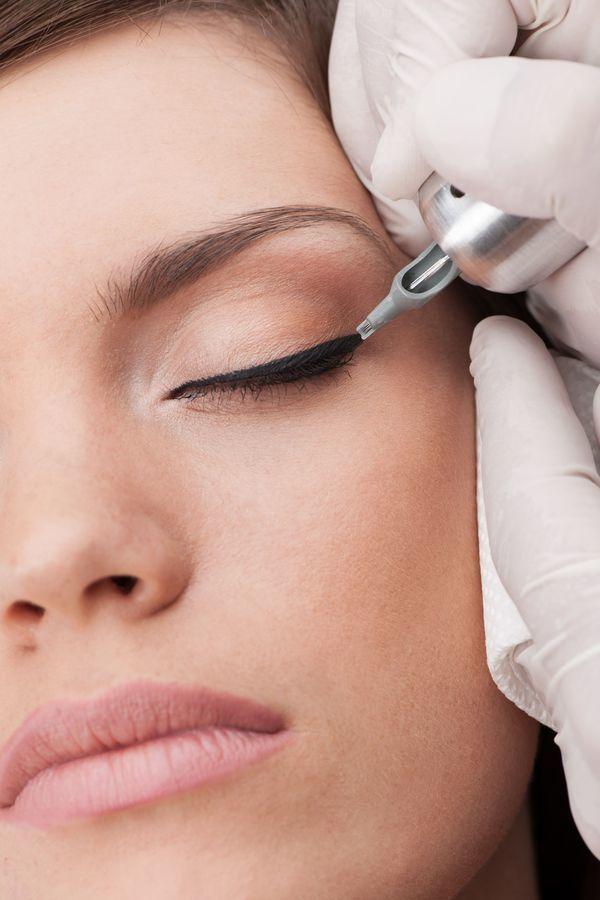 Permanentna kreska na oku to tatuaż wykonywany specjalnym urządzeniem, które aplikuje tusz na płytsze warstwy skóry niż podczas wykonywania klasycznego tatuażu. Efekt tego zabiegu utrzymuje się w zależności od rodzaju skóry. Przy cerze suchej makijaż permanentny może utrzymywać się nawet do 5 lat, a przy skórze tłustej ok. 2-3 lata. Barwnik wypłukuje się stopniowo. W dowolnym momencie można powtórzyć pigmentację.
