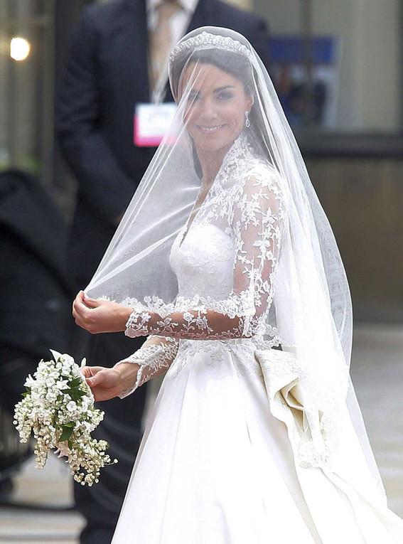 2c26baec6a Zobaczcie w naszej galerii suknie ślubne księżnej Kate! Która podoba Wam  się bardziej  Następne »