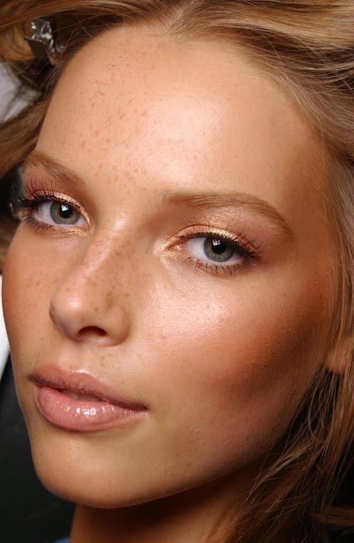 Naturalna i rozświetlona cera to podstawa wiosennego makijażu! Im lżejszy podkład zastosujemy, tym  lepszy będzie efekt końcowy.