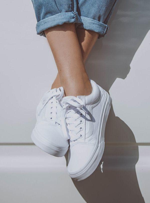 1. Białe tenisówki: Podstawą każdej wygodnej stylizacji są oczywiście buty, w których czujemy się komfortowo. W tym sezonie największym powodzeniem cieszą się klasyczne białe tenisówki. Łączymy je już nie tylko z typowo sportową odzieżą. Doskonale prezentują się również w towarzystwie plisowanych spódniczek lub satynowych sukienek slip dress.