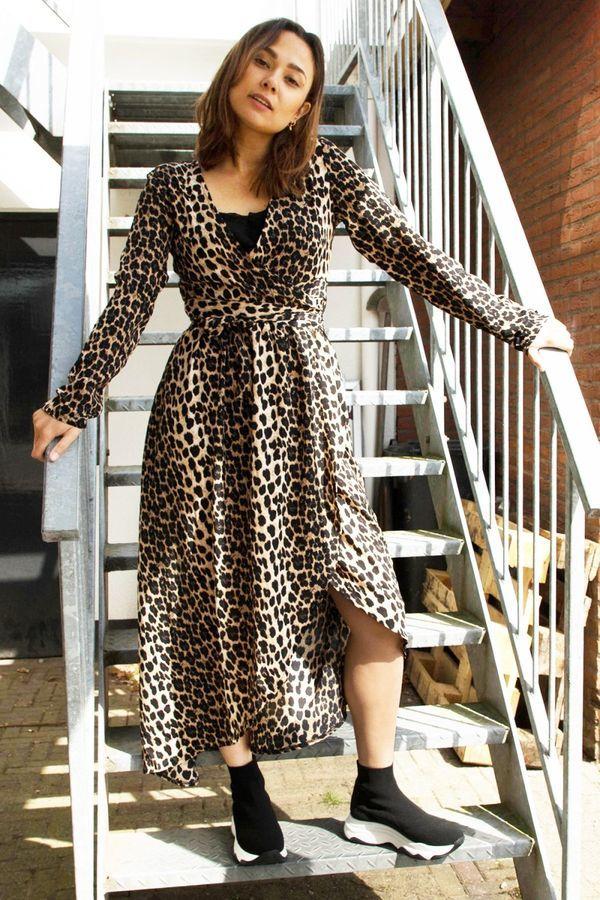 1. Motyw zwierzęcy: Sukienka oparta na motywie, który towarzyszy nam już od poprzedniego sezonu, to wciąż idealna podstawa do stworzenia modnej, a zarazem niezwykle kobiecej stylizacji. Łączymy ją zarówno z wysokimi szpilkami, jak i ze sportowym obuwiem. Stylowy look gwarantowany!