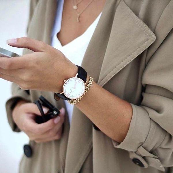 1. Zegarek: To dodatek nie tylko elegancki, ale i praktyczny. Stanowi wyjątkową ozdobę bez względu na porę dnia i okoliczności. Może zwracać uwagę klasycznym skórzanym paskiem, bądź upodabniać się do biżuterii za sprawą srebrnej lub złotej bransolety.