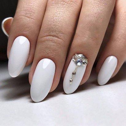 Modna stylizacja paznokci w stylu glamour to połączenie szlachetnej elegancji z odrobiną przepychu w postaci błyszczących akcentów.