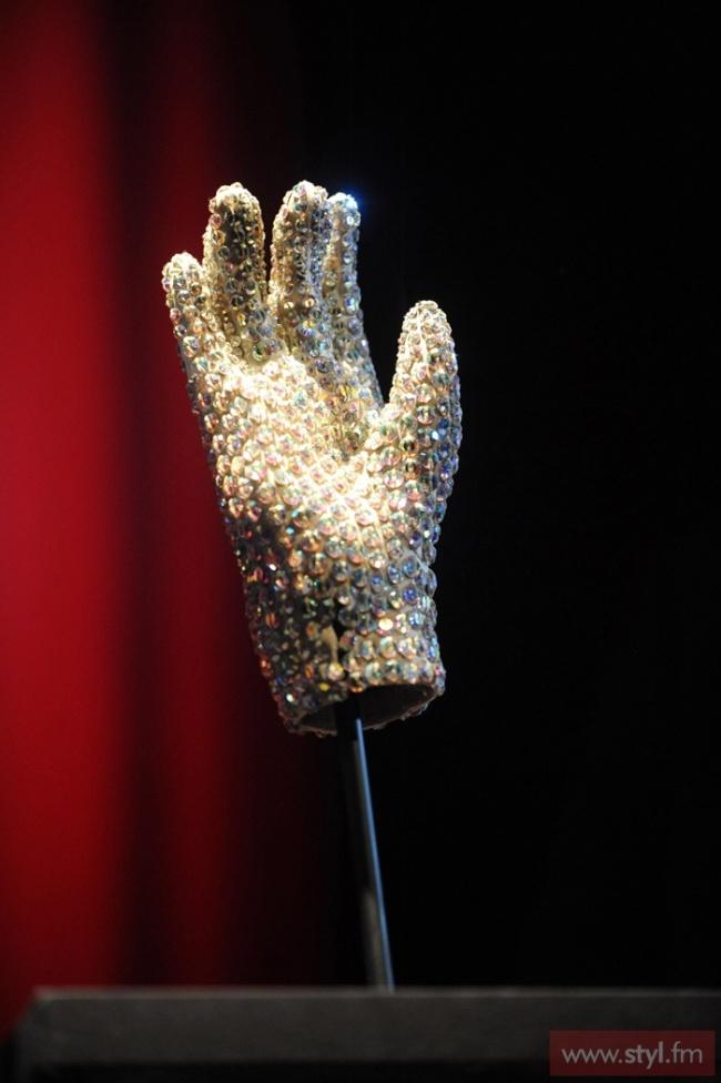 Słynna rękawiczka Michaela Jacksona założona na rozdanie nagród Grammy w 1983.