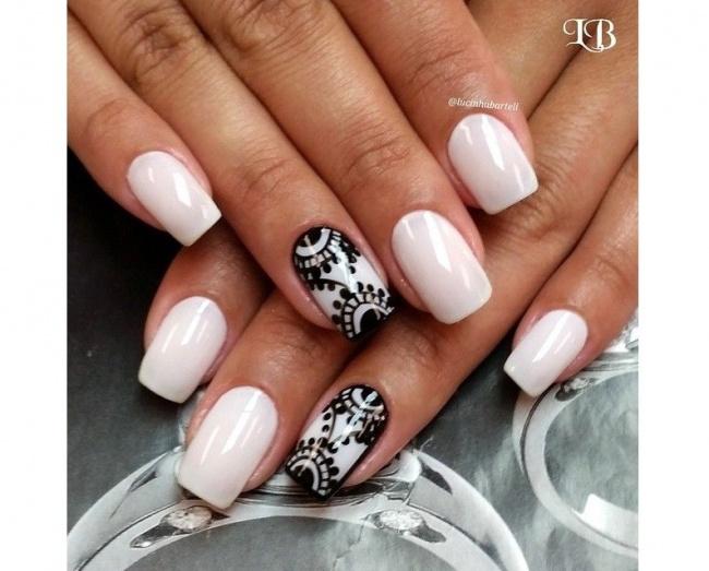 Paznokcie z czarną koronką - pomysł na elegancki manicure