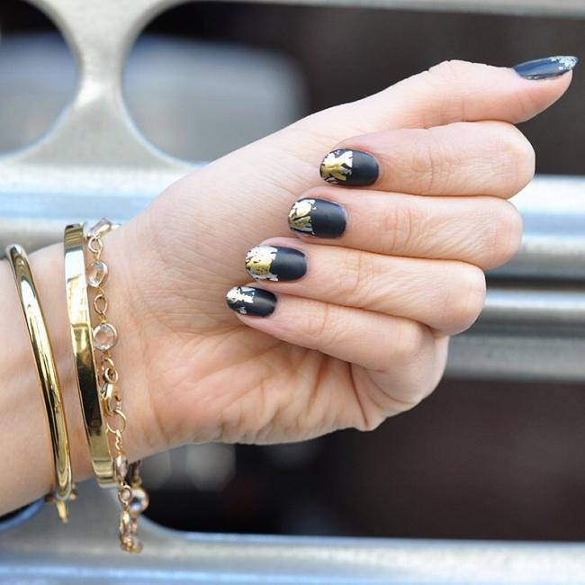 Pozłacany francuski czarny manicure.