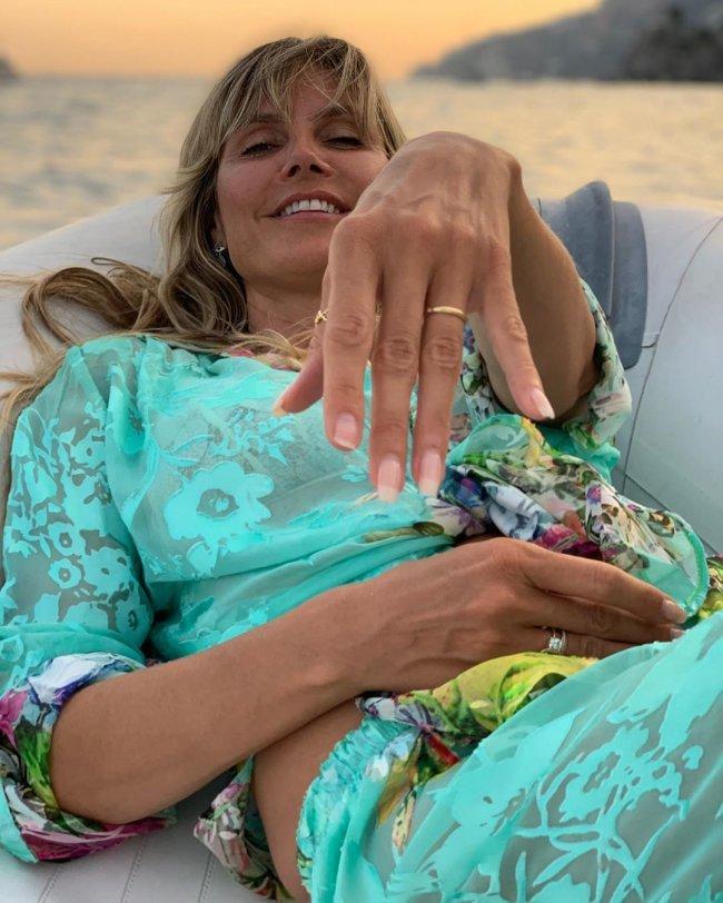 Dumna Heidi Klum na kolejnym zdjęciu chwali się biustem...