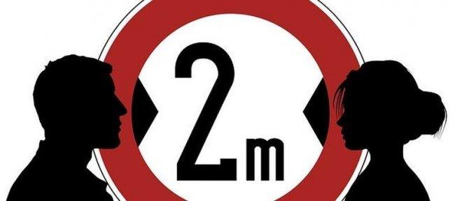 Najważniejsze obostrzenia w związku epidemią koronawirusa obowiązujące od 1 kwietnia to: 2 metry - minimalna odległość między pieszymi. Dotyczy to także rodzin i bliskich. Wyjątki: dzieci do lat 13 i  osoby niepełnosprawne.