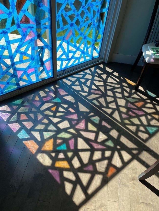 Taśma malarska i łatwo zmywalne pisaki sprawią, że w domu nagle będzie kolorowo